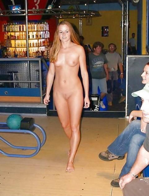 【露出狂】全裸でボーリングする集団が激写されるwwwwwwwwwwwwwwwww(画像31枚)・13枚目