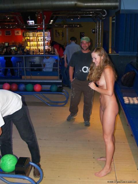 【露出狂】全裸でボーリングする集団が激写されるwwwwwwwwwwwwwwwww(画像31枚)・15枚目
