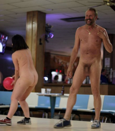【露出狂】全裸でボーリングする集団が激写されるwwwwwwwwwwwwwwwww(画像31枚)・16枚目