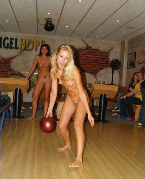 【露出狂】全裸でボーリングする集団が激写されるwwwwwwwwwwwwwwwww(画像31枚)・22枚目