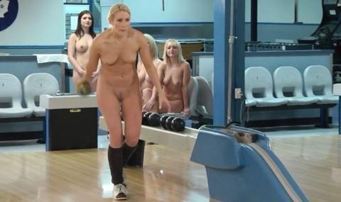【露出狂】全裸でボーリングする集団が激写されるwwwwwwwwwwwwwwwww(画像31枚)・28枚目