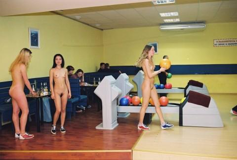 【露出狂】全裸でボーリングする集団が激写されるwwwwwwwwwwwwwwwww(画像31枚)・3枚目