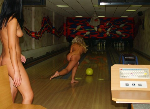 【露出狂】全裸でボーリングする集団が激写されるwwwwwwwwwwwwwwwww(画像31枚)・4枚目