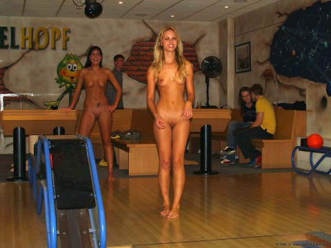 【露出狂】全裸でボーリングする集団が激写されるwwwwwwwwwwwwwwwww(画像31枚)・5枚目