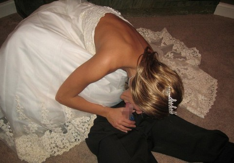 【衝撃画像】結婚式当日にテンション上がってウェディングドレスのままセックスする夫婦たち(21枚)・1枚目
