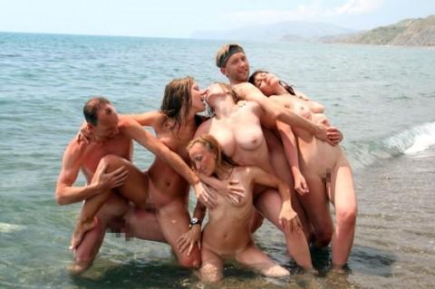 【画像あり】ヌーディストビーチでワルノリしてるギャルたちが即ハボなんだが・・・・・・・22枚目