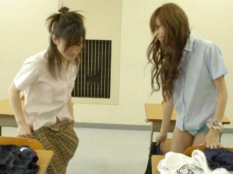 【画像あり】教室で着替えてる制服女子激写したったwwwwwwwwwwwwwwwww(24枚)・1枚目