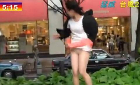 【ハプニング】台風中継のカメラマンがスカートの女性ばかり映すワケwwwwwwwwwwwwwww(画像28枚)・2枚目