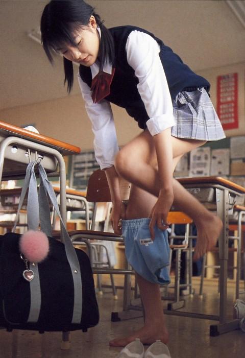 【画像あり】教室で着替えてる制服女子激写したったwwwwwwwwwwwwwwwww(24枚)・5枚目