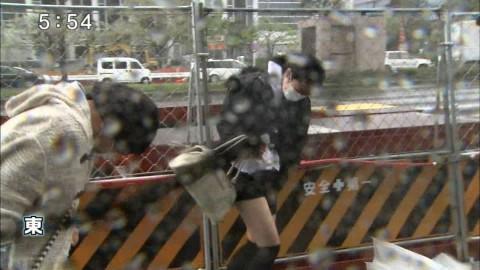 【ハプニング】台風中継のカメラマンがスカートの女性ばかり映すワケwwwwwwwwwwwwwww(画像28枚)・8枚目