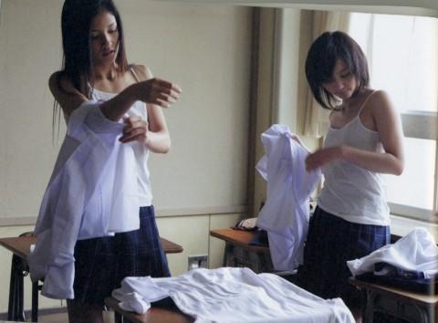 【画像あり】教室で着替えてる制服女子激写したったwwwwwwwwwwwwwwwww(24枚)・9枚目