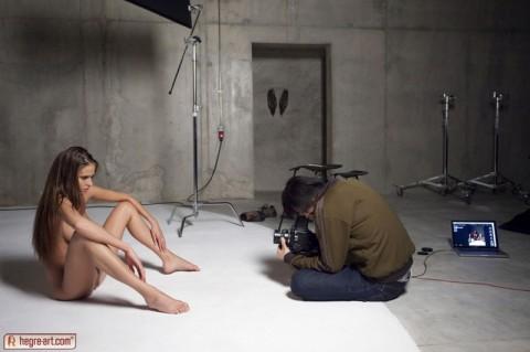 【不可抗力】ヌードモデルの撮影現場で勃起を隠すカメラマンたちワロタwwwwwwwwwwwwwwwww(※画像あり)・9枚目
