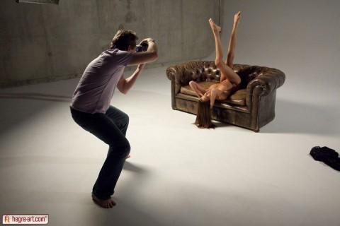 【不可抗力】ヌードモデルの撮影現場で勃起を隠すカメラマンたちワロタwwwwwwwwwwwwwwwww(※画像あり)・3枚目