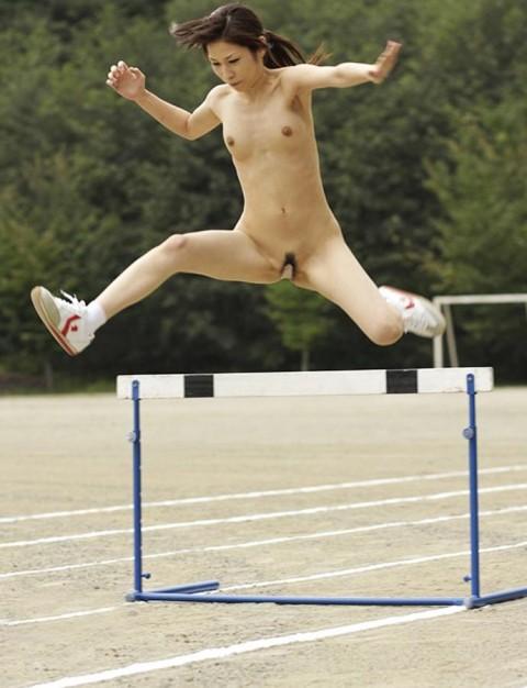 【画像あり】女の子が全裸でハードル飛んだらこうなるwwwwwwwwwwwwwwwwwww・5枚目
