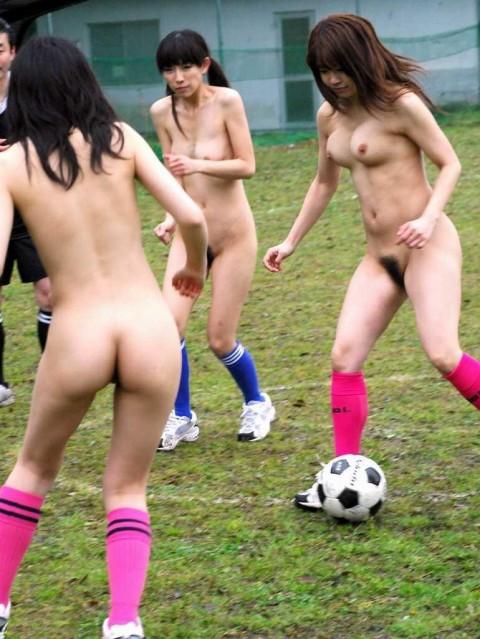 【画像あり】女の子が全裸でハードル飛んだらこうなるwwwwwwwwwwwwwwwwwww・8枚目