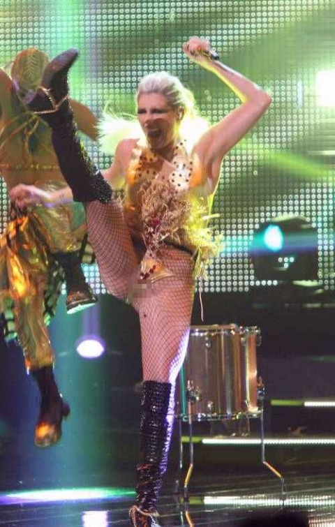【画像】コンサートでマンコまで晒す女性アーティストの過激すぎるパフォーマンス(21枚)・2枚目