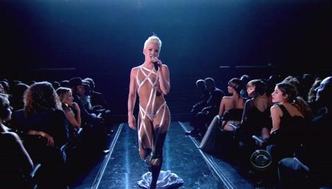 【画像】コンサートでマンコまで晒す女性アーティストの過激すぎるパフォーマンス(21枚)・3枚目