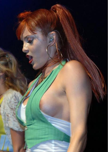 【画像】コンサートでマンコまで晒す女性アーティストの過激すぎるパフォーマンス(21枚)・12枚目