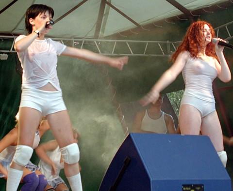 【画像】コンサートでマンコまで晒す女性アーティストの過激すぎるパフォーマンス(21枚)・4枚目