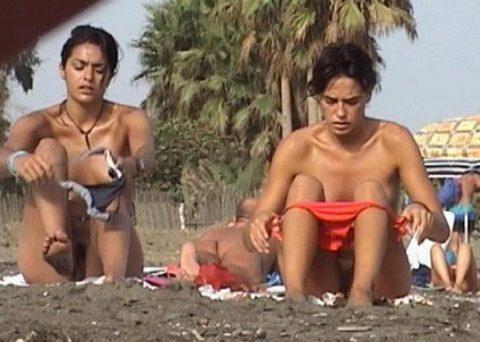 【画像あり】ビーチで着替えるプチ露出狂が増殖中wwwwwwwwwwwwww・10枚目