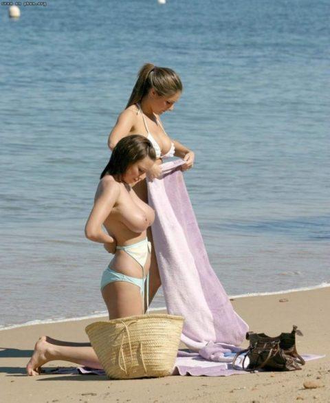 【画像あり】ビーチで着替えるプチ露出狂が増殖中wwwwwwwwwwwwww・11枚目