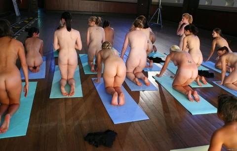 【驚愕】AVでもないのに美女十数人が一斉に全裸で挿入待ちのポーズしてるんだがwwwwwwwwwwwww(※画像あり)・3枚目