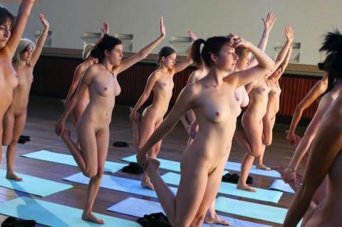 【驚愕】AVでもないのに美女十数人が一斉に全裸で挿入待ちのポーズしてるんだがwwwwwwwwwwwww(※画像あり)・4枚目