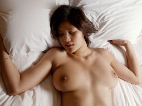 【画像21枚】巨乳だけど寝たら横に流れるおっぱい、嫌いじゃないwwwwwwwwwwww・1枚目