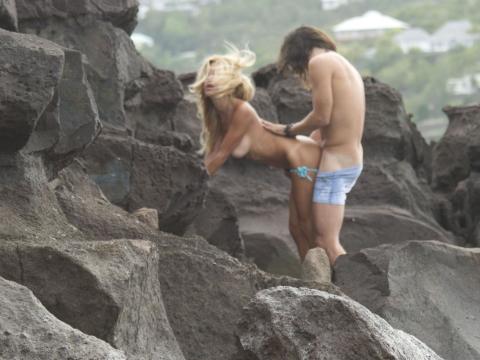 【納得】ヌーディストビーチの岩陰行ってみたらやっぱりこうなってたwwwwwwwwwwww(画像 枚)・1枚目