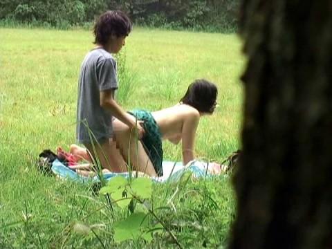 【盗撮】野外なのにガチでハメてるキチガイカップルのエロ画像(31枚)・1枚目