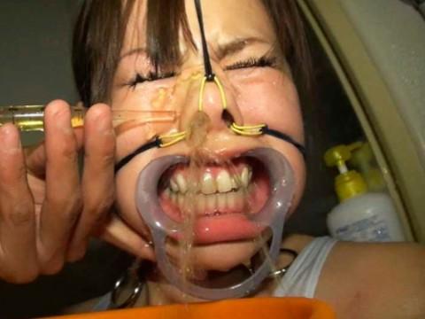 【メス豚調教】鼻から小便注入wwwwwwwwwwwwwwwww(画像11枚)・1枚目