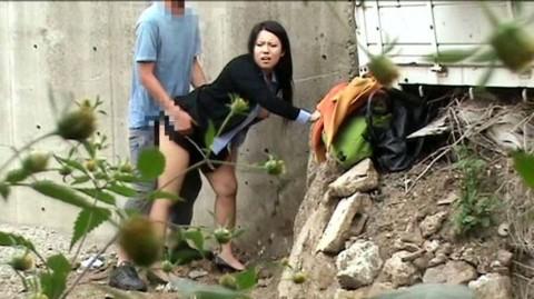 【盗撮】野外なのにガチでハメてるキチガイカップルのエロ画像(31枚)・4枚目