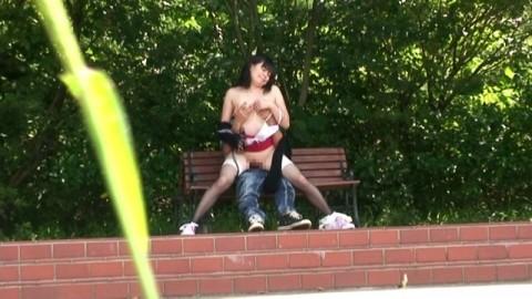 【盗撮】野外なのにガチでハメてるキチガイカップルのエロ画像(31枚)・5枚目
