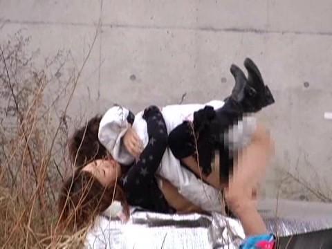 【盗撮】野外なのにガチでハメてるキチガイカップルのエロ画像(31枚)・7枚目