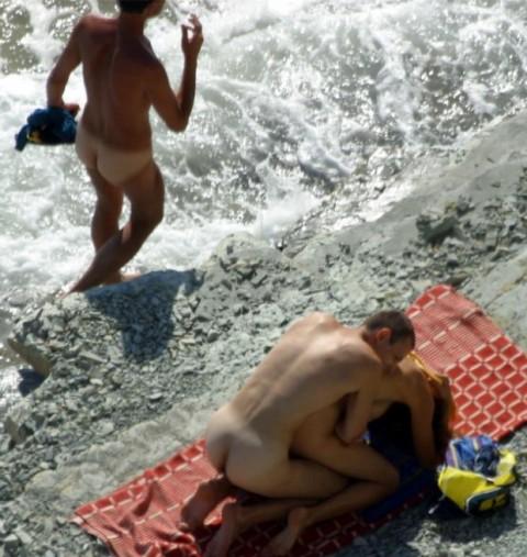 【納得】ヌーディストビーチの岩陰行ってみたらやっぱりこうなってたwwwwwwwwwwww(画像 枚)・11枚目