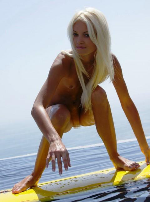 裸 族 の 彼 女 、 サ ー フ ィ ン を 始 め る (画像19枚)・2枚目