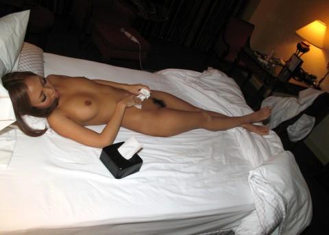 【用済み】セックス後に一人で精液拭き取ってる女の哀愁画像貼ってく・・・(28枚)・1枚目