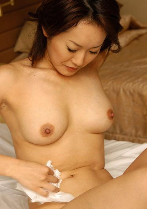 【用済み】セックス後に一人で精液拭き取ってる女の哀愁画像貼ってく・・・(28枚)・11枚目