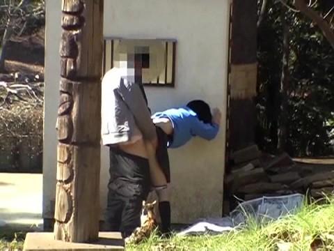 【盗撮】野外なのにガチでハメてるキチガイカップルのエロ画像(31枚)・14枚目