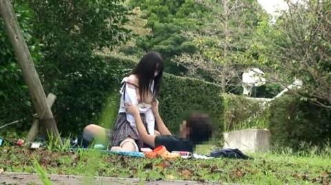 【盗撮】野外なのにガチでハメてるキチガイカップルのエロ画像(31枚)・16枚目