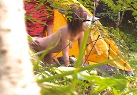 【盗撮】野外なのにガチでハメてるキチガイカップルのエロ画像(31枚)・17枚目