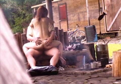 【盗撮】野外なのにガチでハメてるキチガイカップルのエロ画像(31枚)・18枚目