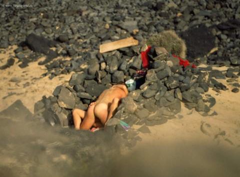 【納得】ヌーディストビーチの岩陰行ってみたらやっぱりこうなってたwwwwwwwwwwww(画像 枚)・2枚目