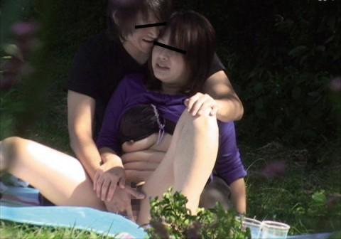 【盗撮】野外なのにガチでハメてるキチガイカップルのエロ画像(31枚)・20枚目