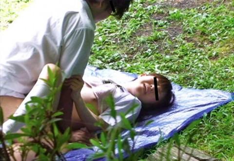【盗撮】野外なのにガチでハメてるキチガイカップルのエロ画像(31枚)・22枚目