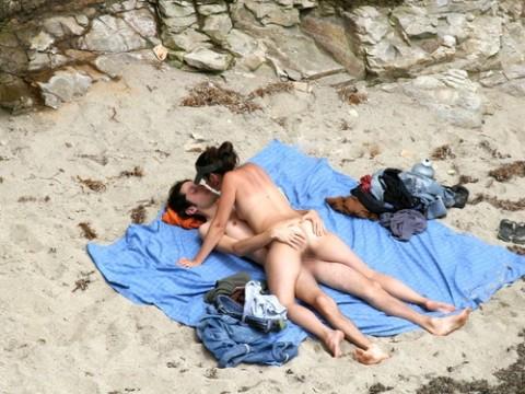 【納得】ヌーディストビーチの岩陰行ってみたらやっぱりこうなってたwwwwwwwwwwww(画像 枚)・9枚目