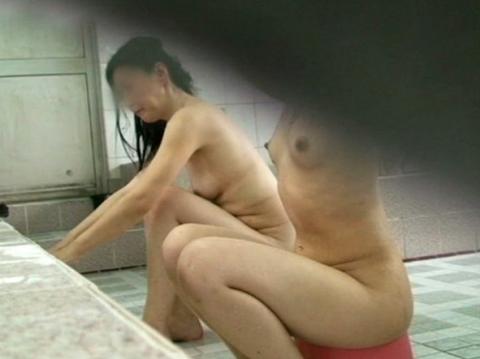 【女湯盗撮】黒ギャルの洗い方が斬新過ぎて草wwwwwwwwwwwwww・1枚目