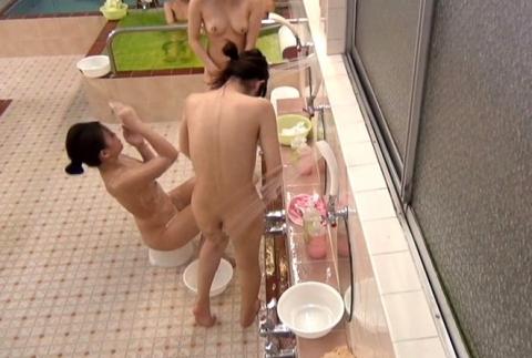 【女湯盗撮】黒ギャルの洗い方が斬新過ぎて草wwwwwwwwwwwwww・9枚目