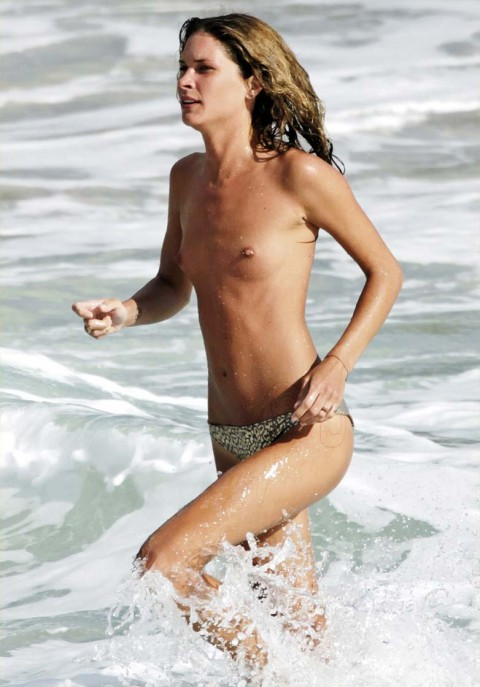 【衝撃】ミランダ・カーやパリス・ヒルトンまで!夏のビーチで乳首開放してるセレブ達wwwwwwwwwwww(画像22枚)・10枚目
