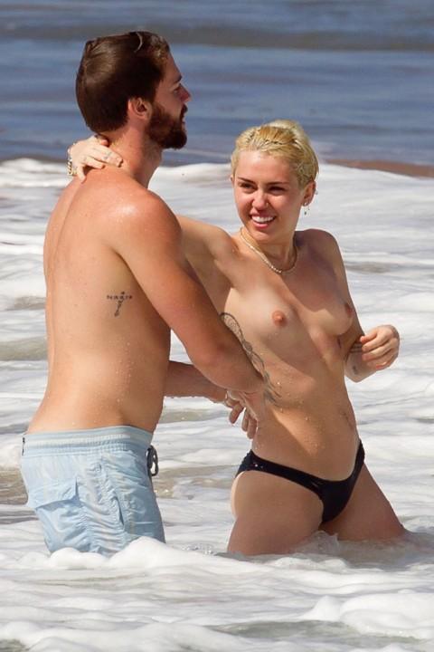 【衝撃】ミランダ・カーやパリス・ヒルトンまで!夏のビーチで乳首開放してるセレブ達wwwwwwwwwwww(画像22枚)・9枚目